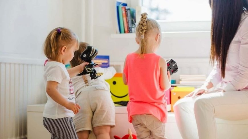 خدمات-توريد-مربيات-اطفال-من-شركة-رويال-سيرفيس