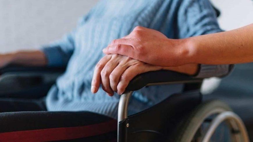خدمات-رعاية-مسنين-من-شركة-رويال-سيرفيس